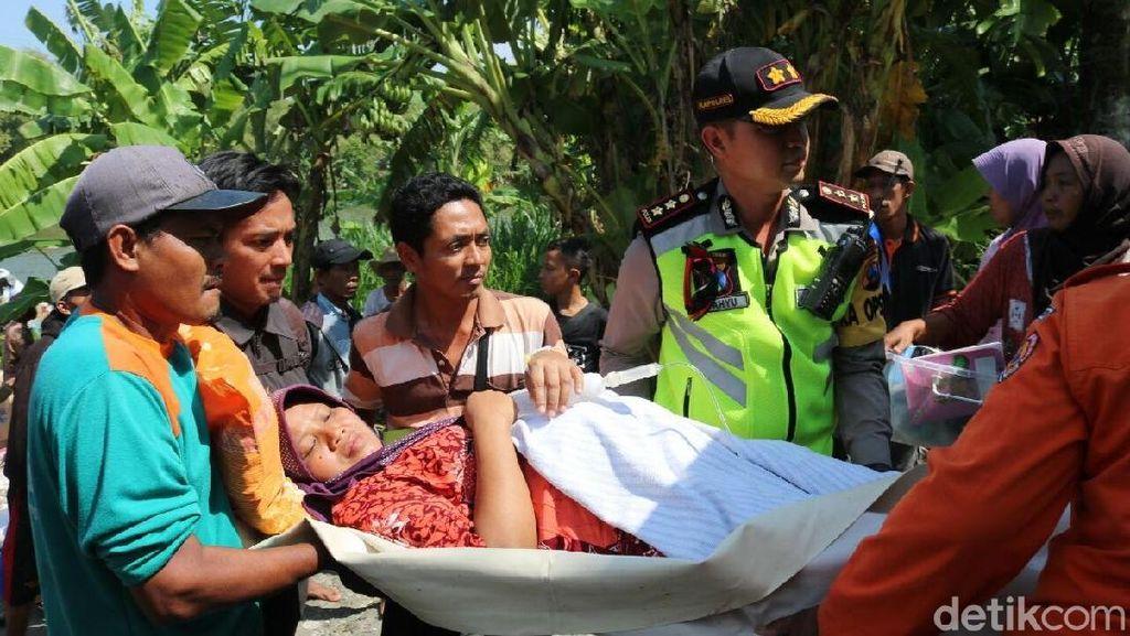 Dramatis! Ibu yang Akan Lahiran di Tengah Banjir Ini Diangkut Perahu
