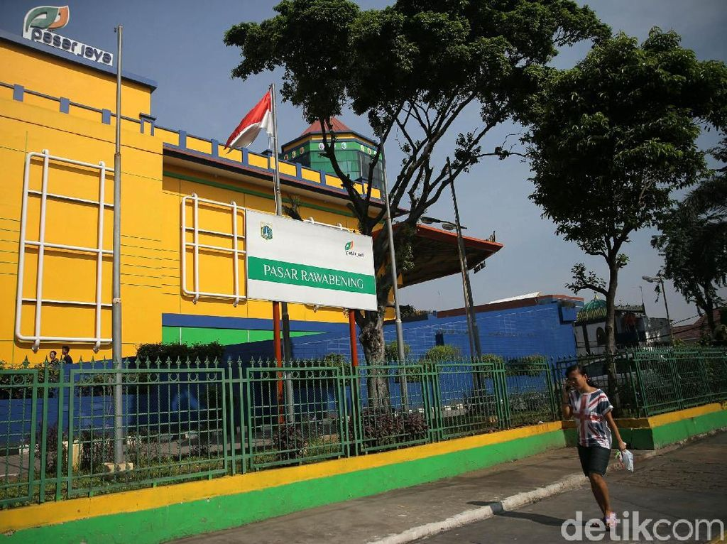 Cliiing... Bersihnya Trotoar di Depan Pasar Akik Rawa Bening