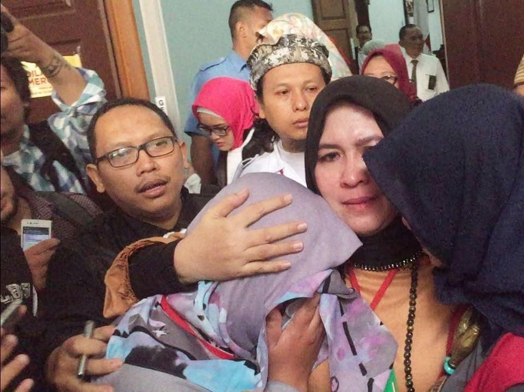 Foto: Tangis Bahagia Asma Dewi Divonis Ringan di Kasus Penghinaan