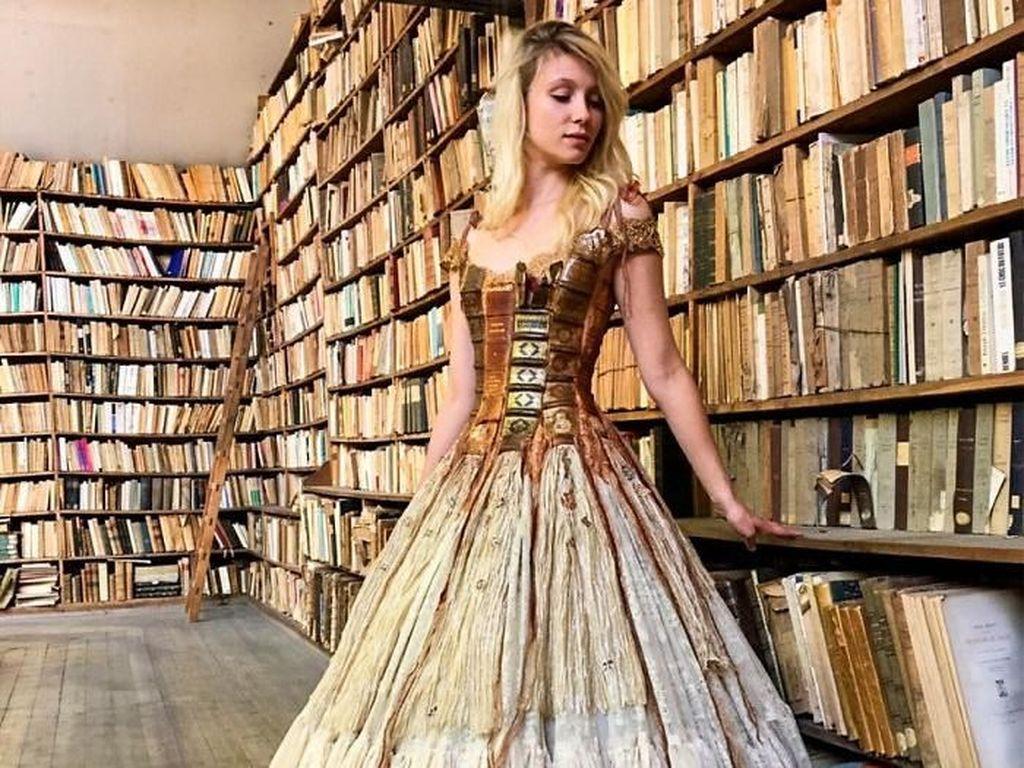 Foto: Unik Banget, Gaun Indah Ini Terbuat dari Sampul Buku Kuno