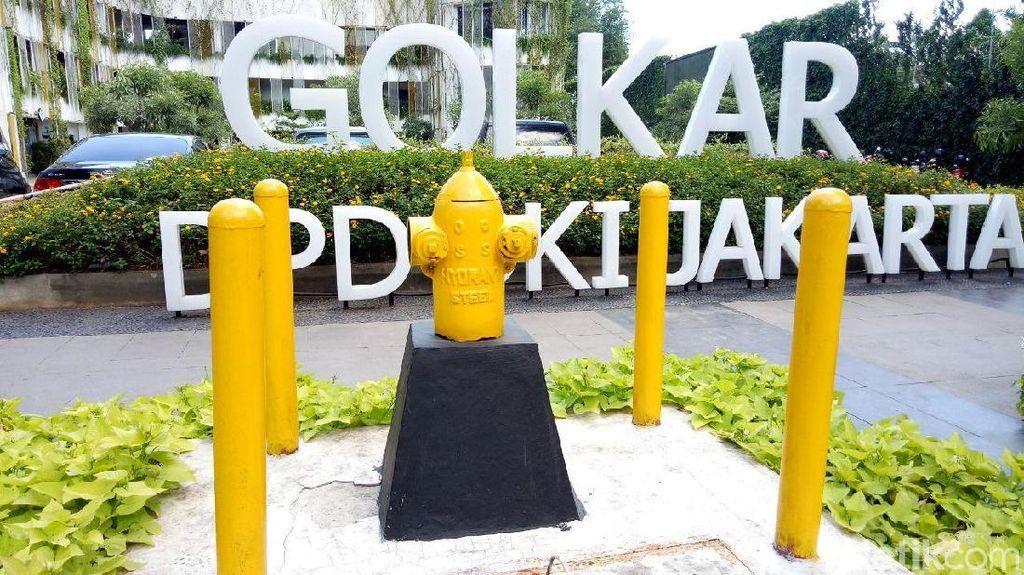 Penampilan Beda Fire Hydrant Kuning di Depan Kantor Golkar DKI
