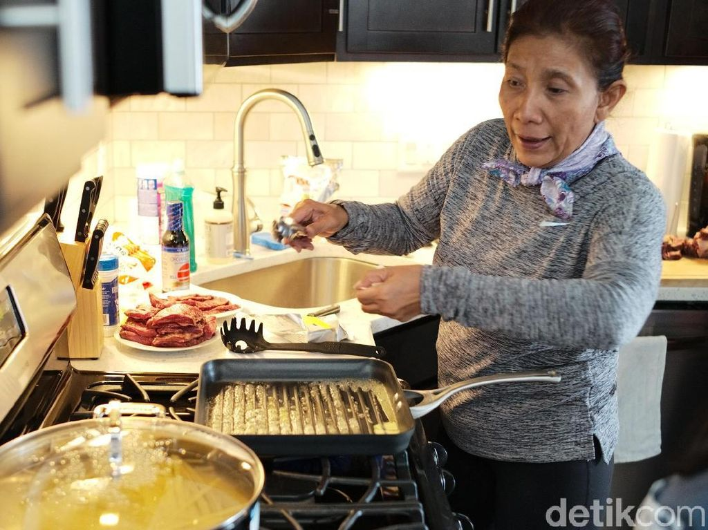 Ketika Menteri Susi Asik Membuat Steak dan Fettucini