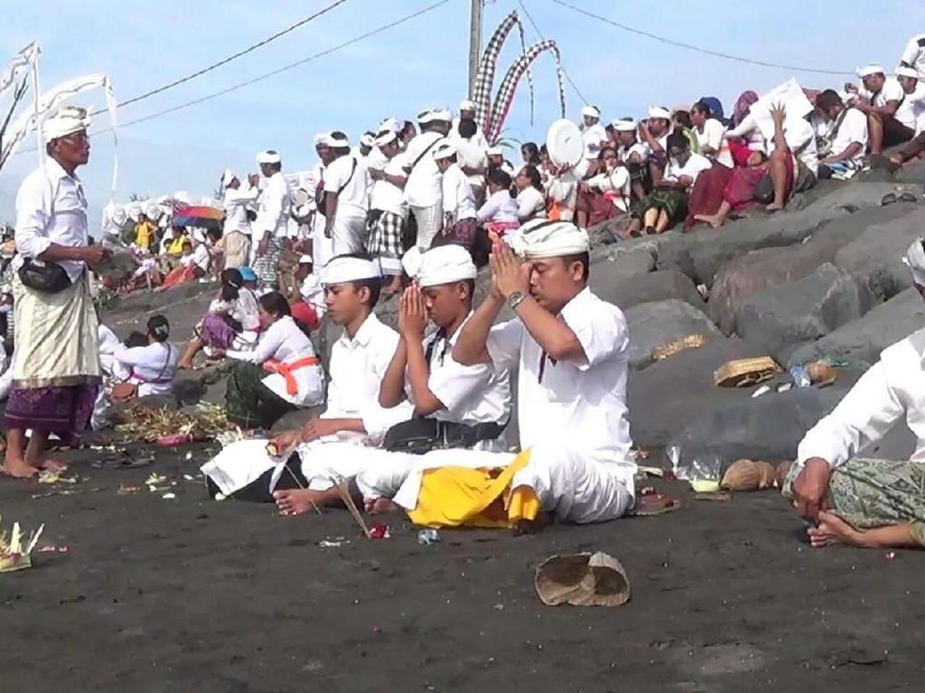 Melasti, Puluhan Ribu Umat Hindu Sembahyang di Pantai