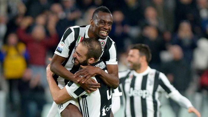 Blaise Matuidi merayakan golnya ke gawang Atalanta bersama Gonzalo Higuain (Foto: Massimo Pinca/Reuters)