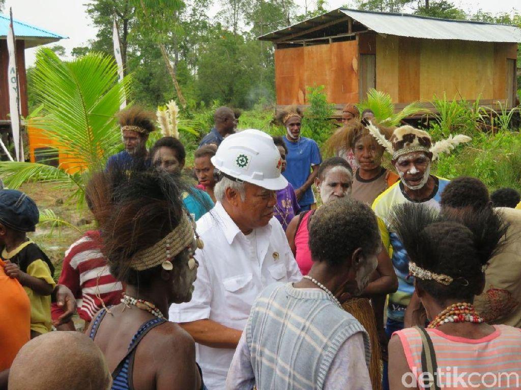 Tiba di Asmat Disambut Tarian Adat, Menteri Basuki Ikut Bergoyang