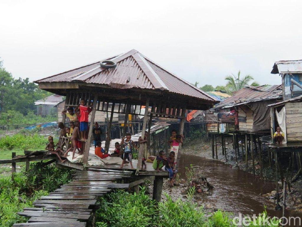 Curhat Sulit Dapat Air Bersih, Warga Asmat: Kita Tampung Air Hujan
