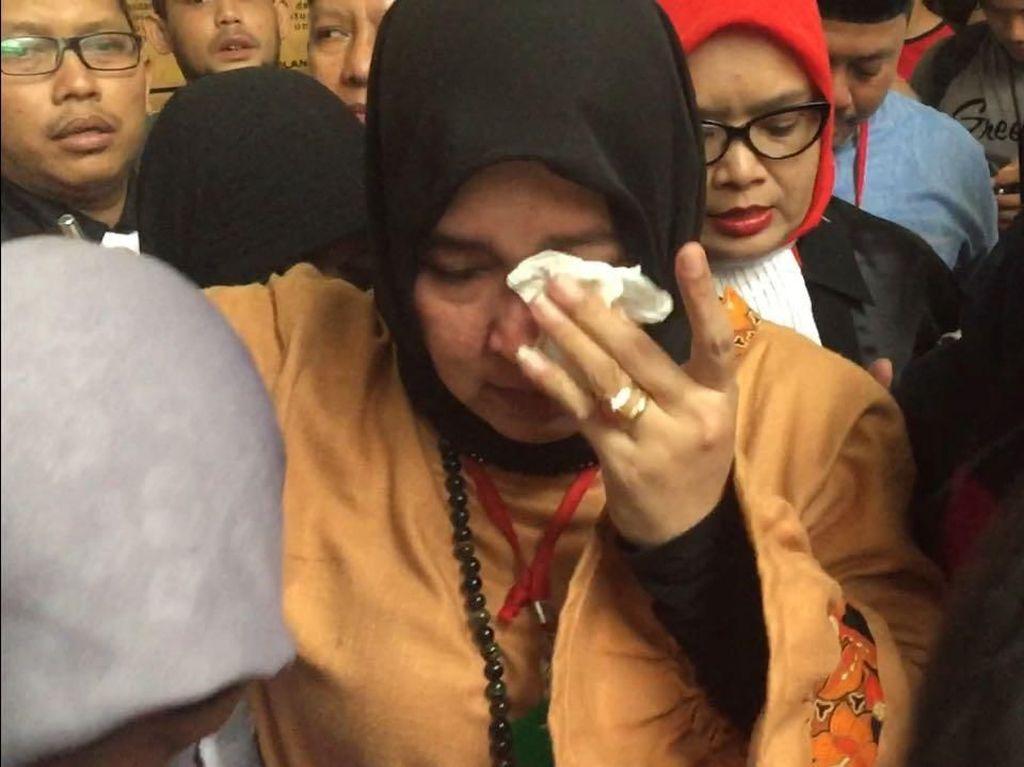 Ekspresi Emosional Asma Dewi Saat Divonis 5 Bulan