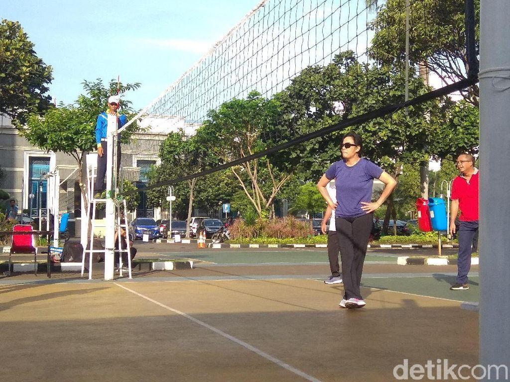 Teknik Servis Bawah dan Atas Permainan Bola Voli, Wajib Tahu!