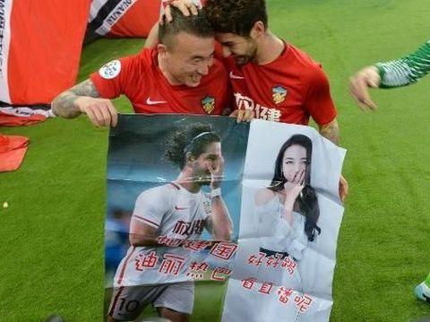Alexandre Pato membentangkan poster bergambar dirinya dan Dilraba Dilmurat
