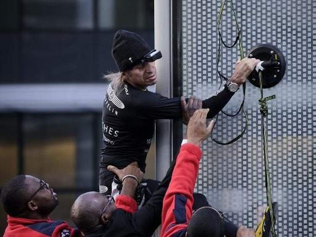 Saat Spiderman Asal Prancis Dicegah Panjat Gedung