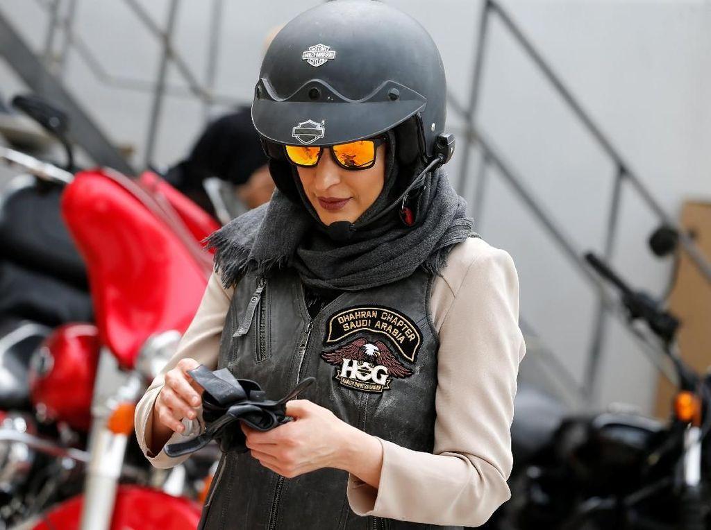 Gaya Perempuan Saudi Belajar Naik Moge