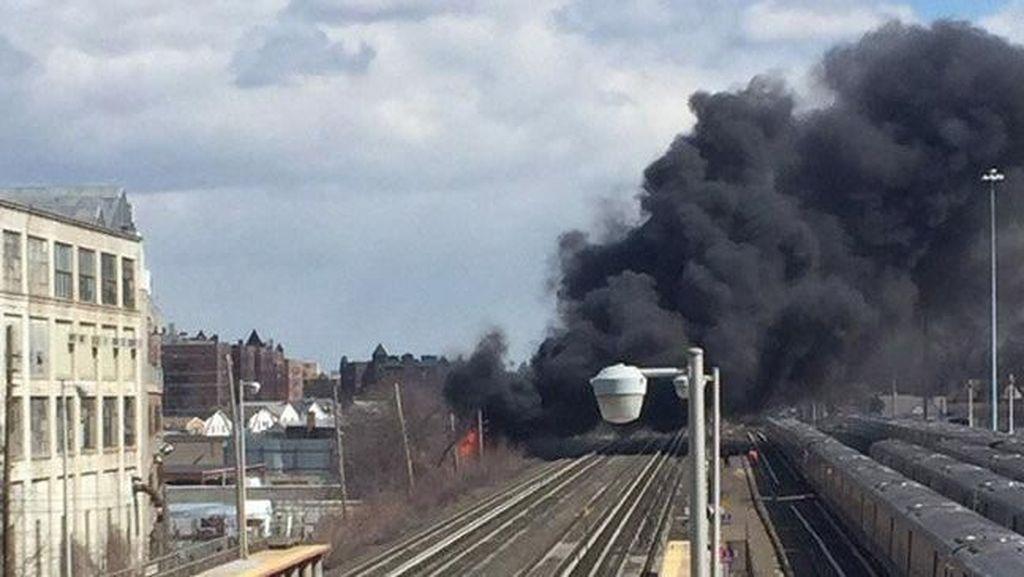 Pabrik Daur Ulang di New York Terbakar, Perjalanan Kereta Terganggu