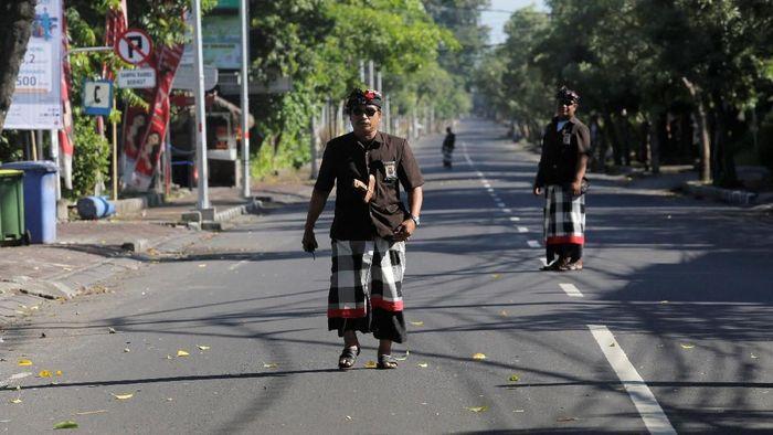 Pecalang berjaga di jalanan ketika Nyepi. Foto: Dok. Reuters/Johannes P. Christo