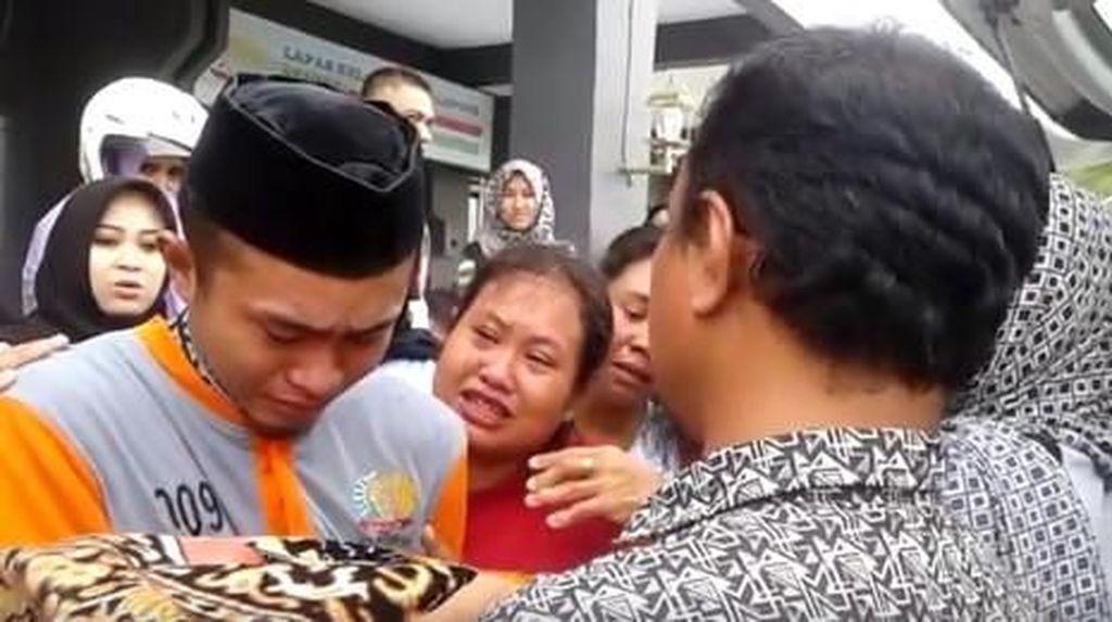 Momen Haru Tahanan Tangisi dan Cium Jenazah Balitanya di Lapas