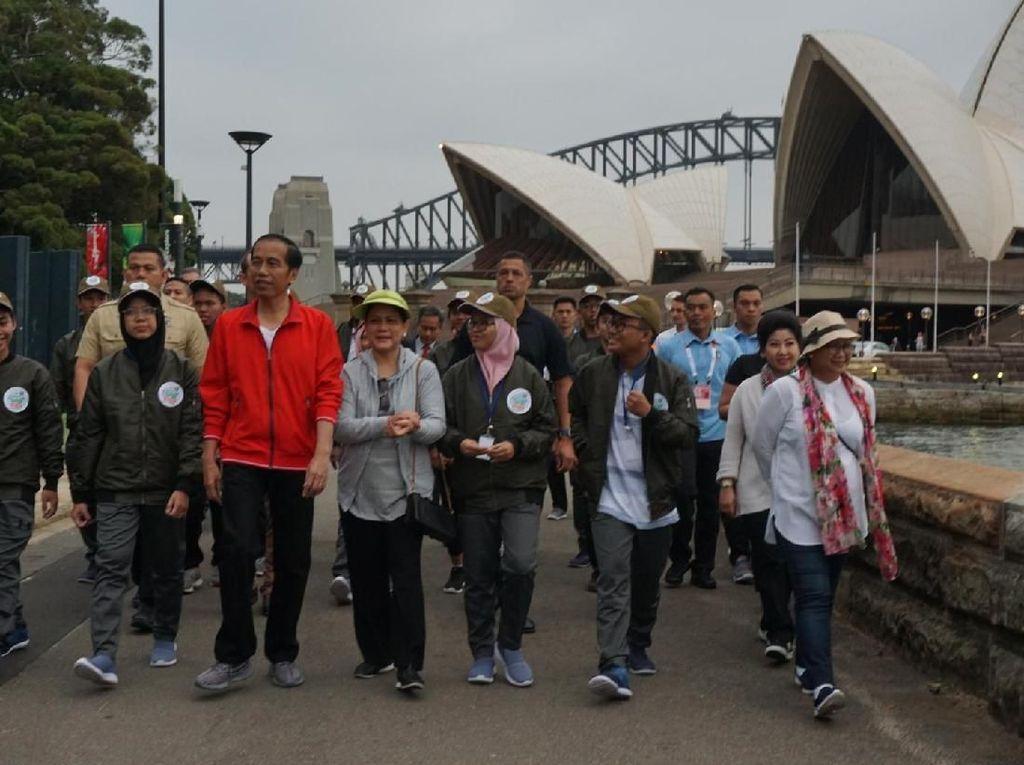 Foto: Berjaket Merah, Jokowi Bareng Iriana Olahraga Pagi di Sydney
