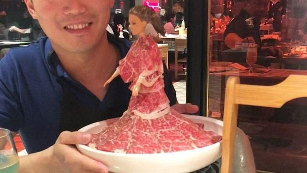 Barbie Bergaun Irisan Daging Kini Jadi Tren di Resto Hot Pot