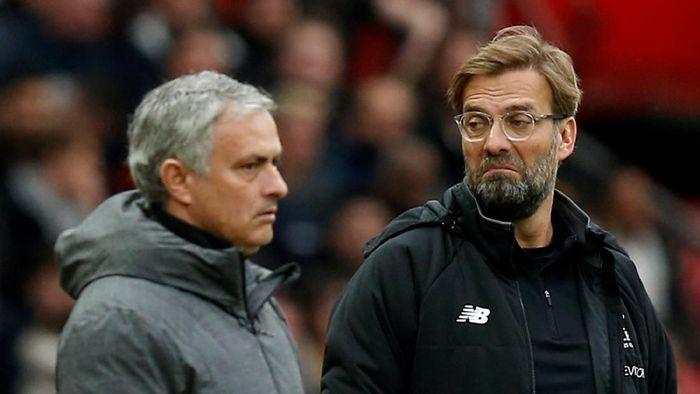 Juergen Klopp saat beradu strategi dengan Jose Mourinho saat Liverpool vs Manchester Foto: Andrew Yates/Reuters