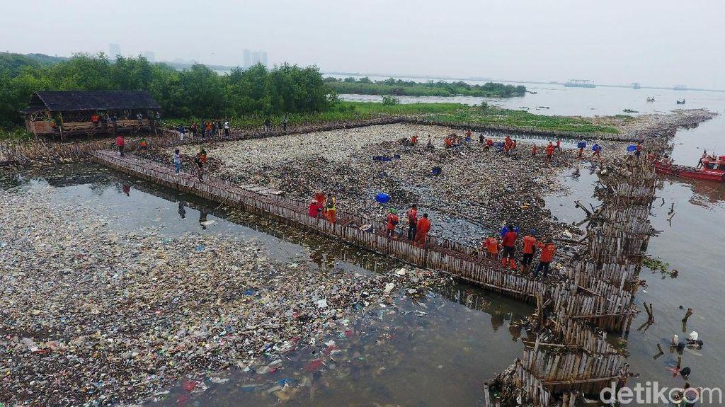 Berton-ton Sampah Diangkut dari Teluk Jakarta