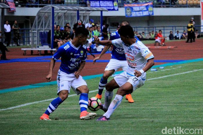 Persib Bandung menang atas Arema FC 2-1 dalan laga uji coba. Dalam pertandingan persahabatan itu, Persib tak menurunkan striker baru, Jonathan Bauman.