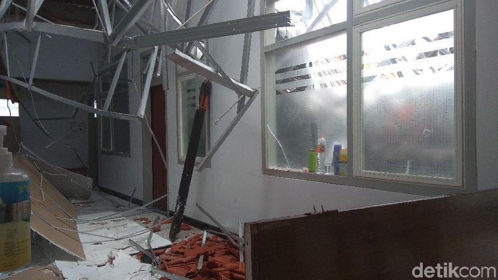 Runtuhnya Atap Ruangan di RSAL yang Baru Direnovasi