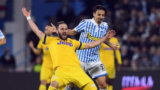 Striker Juventus Gonzalo Higuain gagal mencetak gol ke gawang SPAL pada laga Minggu (18/3).