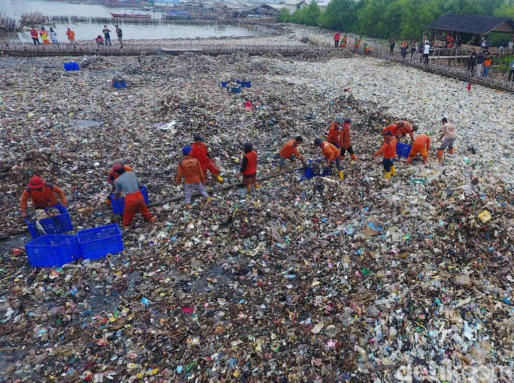Sandi Dapat Laporan Ada Nelayan Kerap Buang Sampah ke Laut