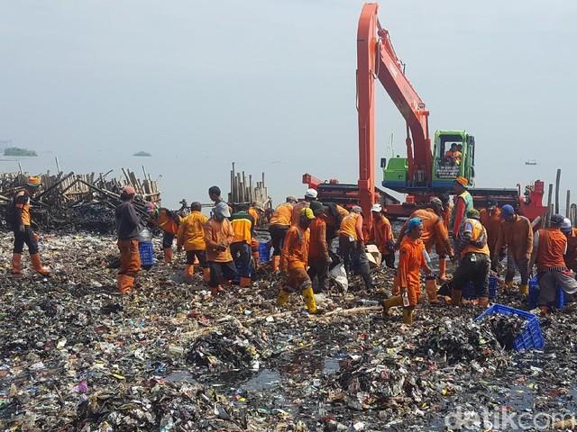 Potret Sampah di Teluk Jakarta yang Bak Pulau Reklamasi