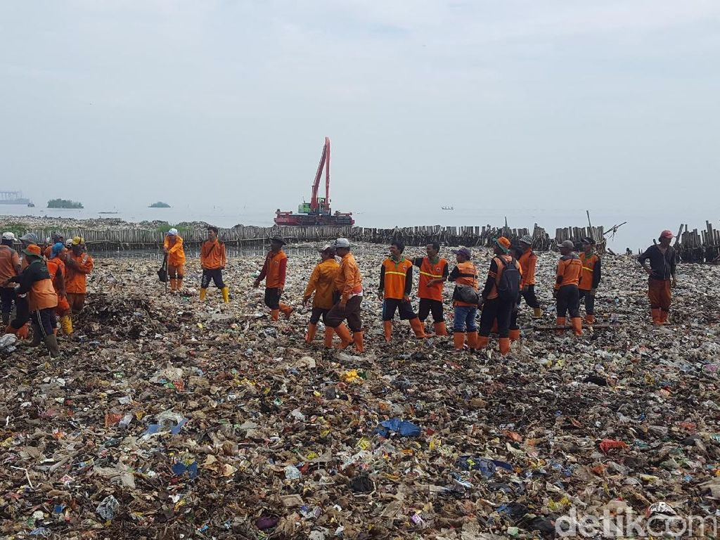 3 Ton Sampah Diangkut dari Teluk Jakarta dalam 3 Jam