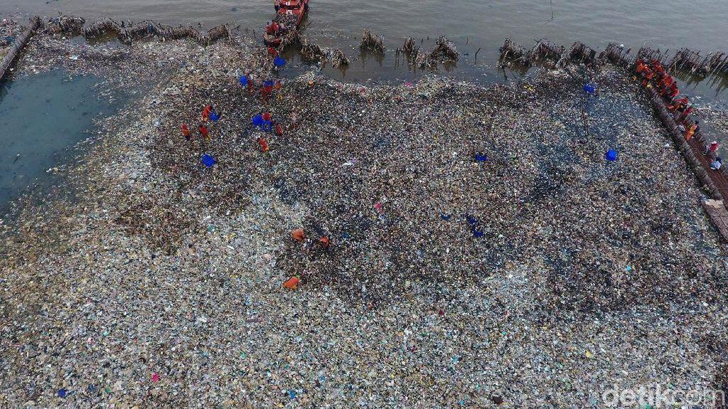 Anies Gandeng Susi Pasang Jaring Penolak Sampah