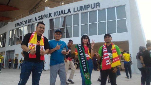 Mejeng di depan Stadion Cheras, Kuala Lumpur, yang jadi markas Selangor FA.