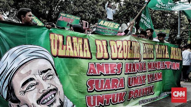 Spanduk dalam aksi demo Forum Umat Islam Revolusioner, di Jakarta, Senin (19/3).