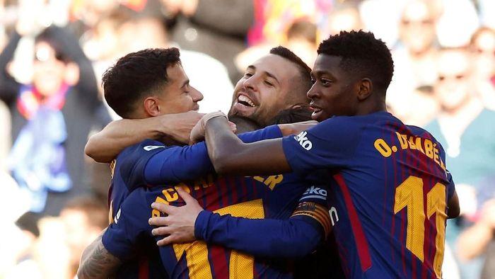 Pemain Barcelona merayakan gol yang dicetak Paco Alcacer ke gawang Athletic Bilbao. Barca menang 2-0 di laga itu. (Foto: Albert Gea/Reuters)