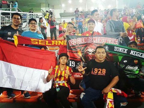 Bersama kawan-kawan suporter Selangor FA asal Indonesia di Stadion Shah Alam, Kuala Lumpur.