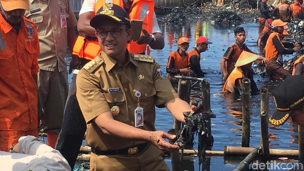 Aksi Anies dan Pasukan Oranye Pungut Sampah Teluk Jakarta