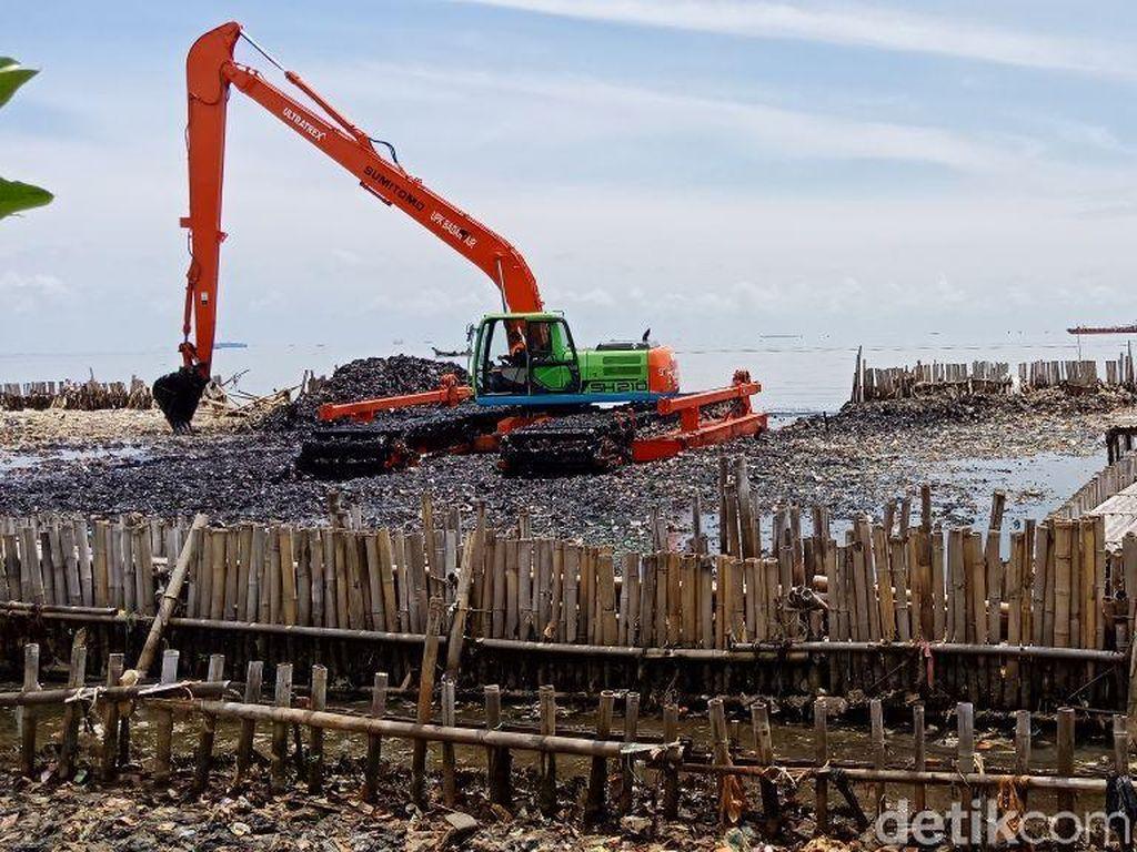Sudah 100 Ton Sampah Diangkut dari Teluk Jakarta