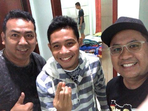 Evan Dimas dan kami di apartemennya di Selangor, Malaysia.