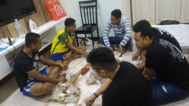 Makan malam bersama di apartemen Evan Dimas di Selangor. Menu: pecel lele dan ayam goreng ala Lamongan.