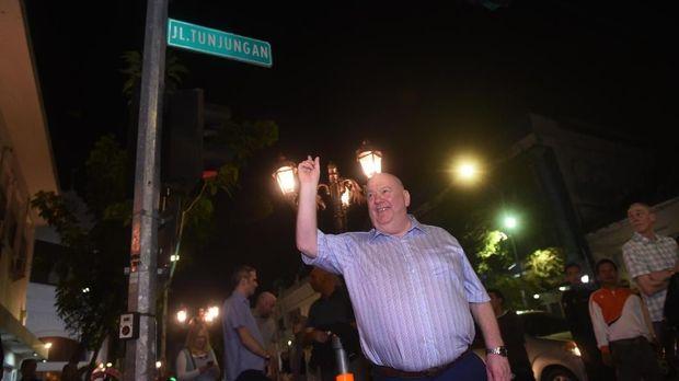 Wali Kota Liverpool Joe Anderson jalan-jalan ke Jalan Tunjungan, Surabaya.