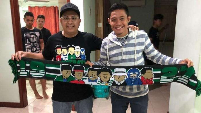 Evan Dimas dan Cak Minul, bonek yang sudah bertahun-tahun tinggal di Malaysia. Foto bareng di apartemen Evan di Selangor. (dok. pribadi)
