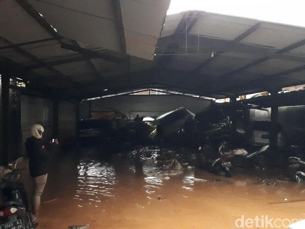 Banjir Bandang Cicaheum Bandung, Mobil Bertumpuk Terseret Bah