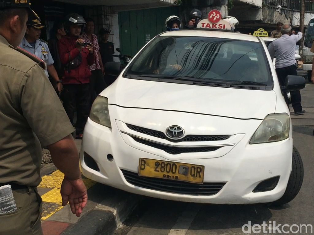 Parkir di Atas Trotoar, 2 Taksi di Jatinegara Diderek