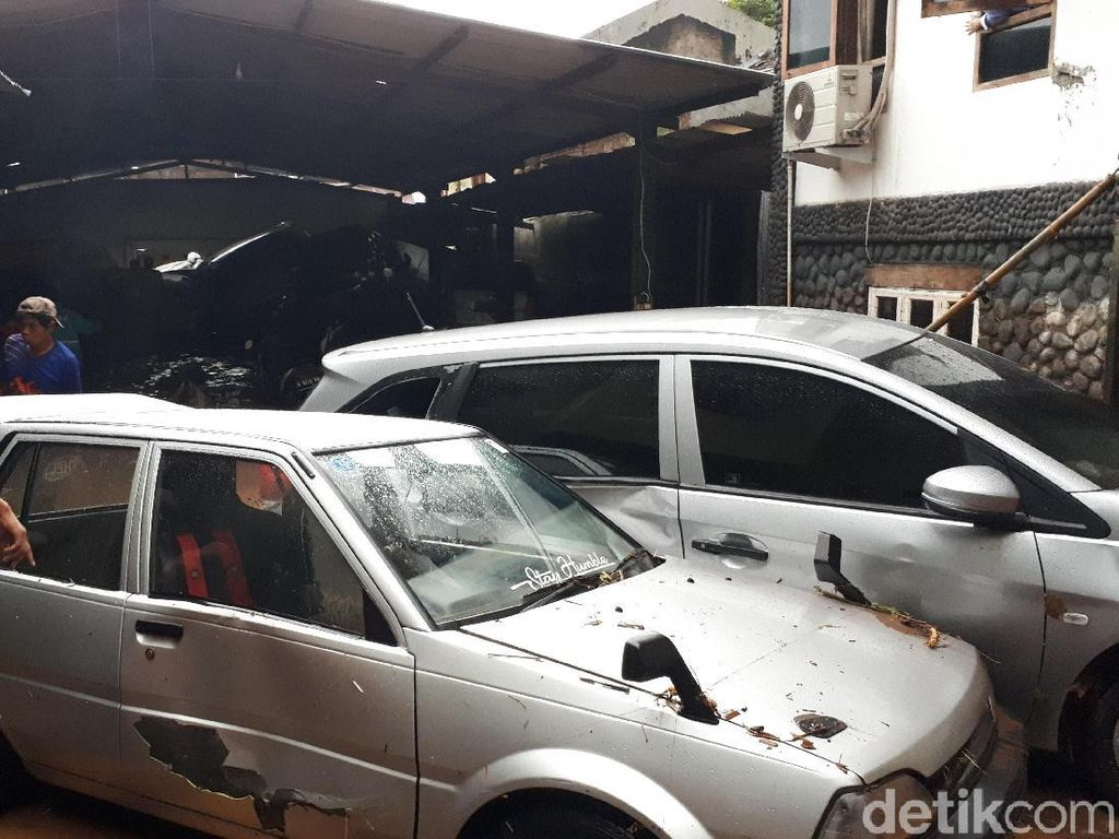 Ngeri! Banjir Bandang di Bandung Rusak Kendaraan dan Bangunan