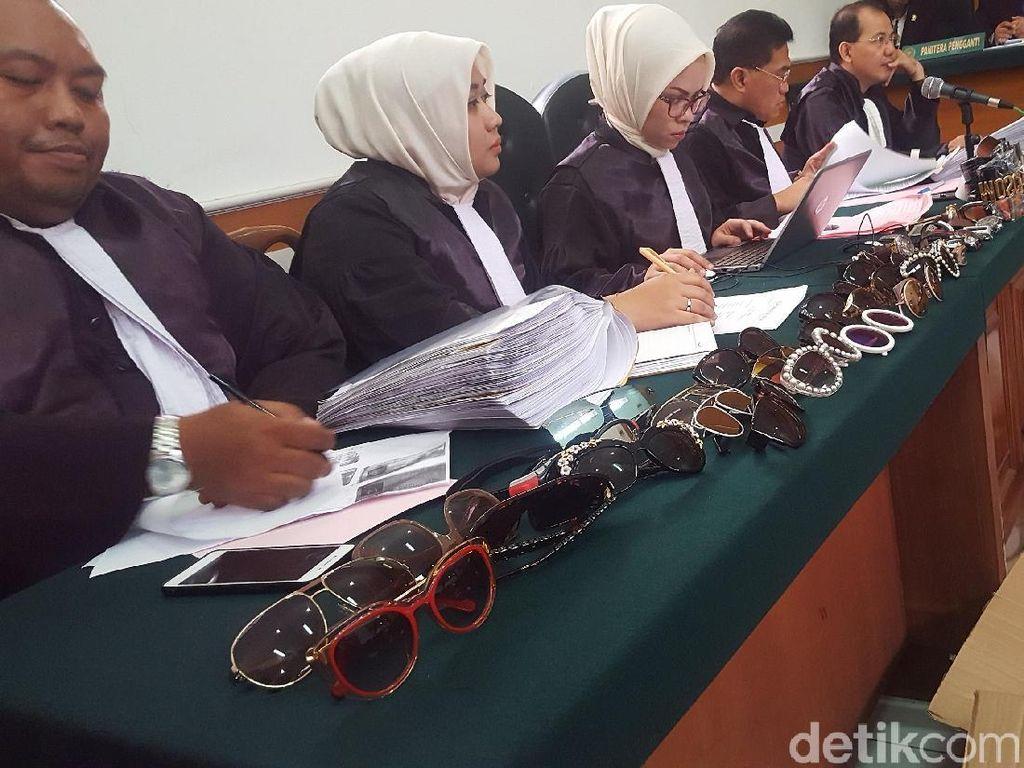 Kacamata Pink Bos First Travel Ditunjukkan, Ini Reaksi Eks Pegawai