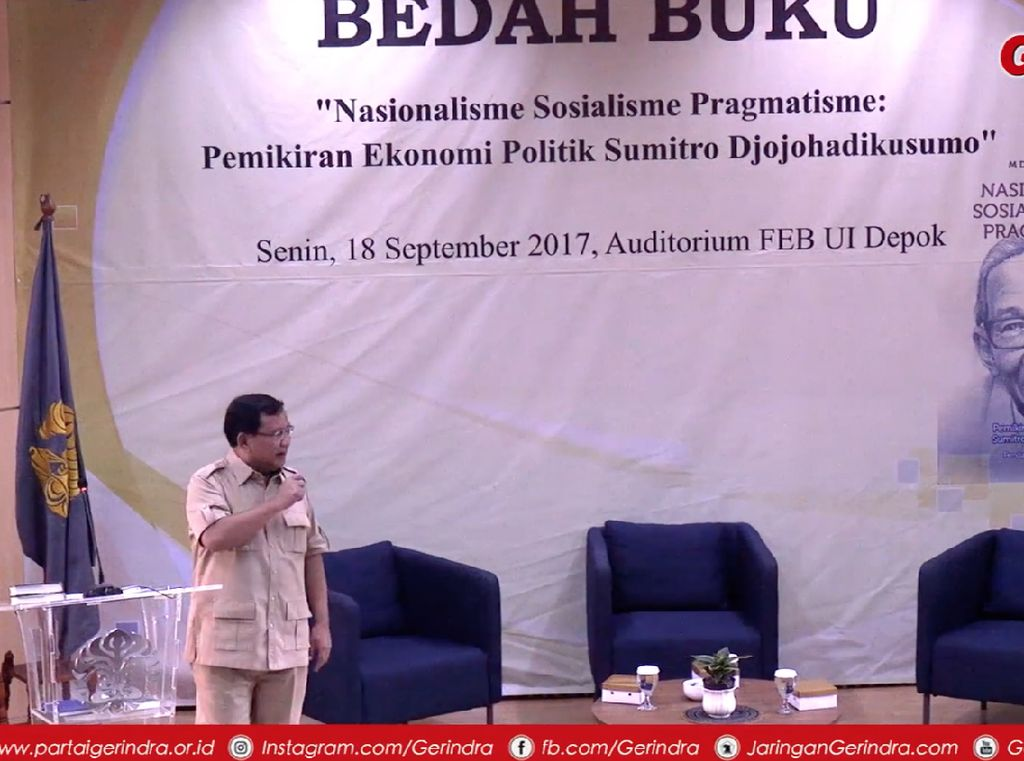 Momen Prabowo Tunjukkan Novel Tentang Indonesia Bubar 2030