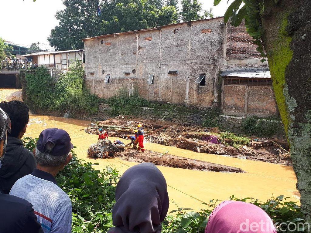 Warga Tonton Evakuasi Mobil di Sungai Cipamokolan Bandung