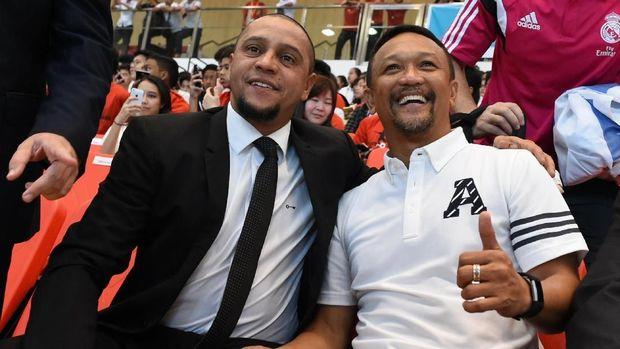Juru taktik Singapura, Fandi Ahmad (kanan), bakal beradu strategi dengan pelatih Timnas Indonesia, Luis Milla. (