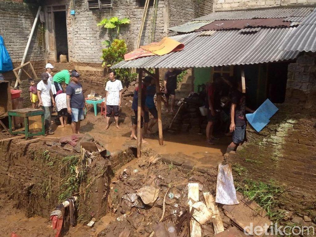6 Motor Hanyut dan 97 Rumah Terendam di Cimenyan Bandung