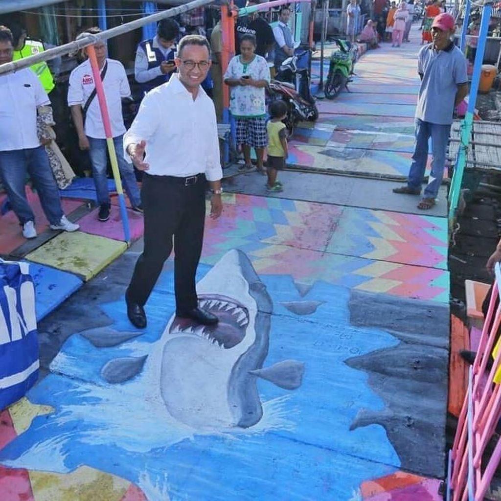 Gaya Anies Foto Bareng Warga di Kampung Nelayan Warna-Warni