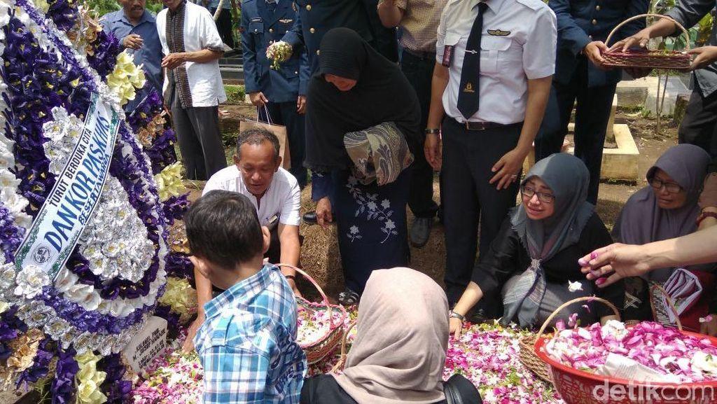 Foto: Tangis Haru Keluarga di Pemakaman Pilot Hanafie