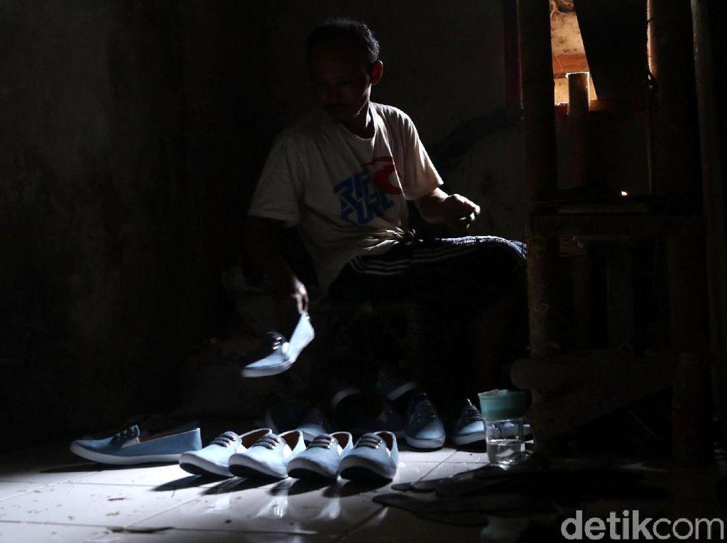 Foto: Melihat Produksi Sepatu Rumahan
